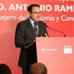 JAVIER GÓNZÁLEZ DE LARA PRESENTÓ AL CONSEJERO DE ECONOMÍA Y CONOCIMIENTO EN EL FORO DEL DIARIO SUR